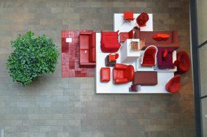 Farbenfrohe Sitzmöbel und Teppiche
