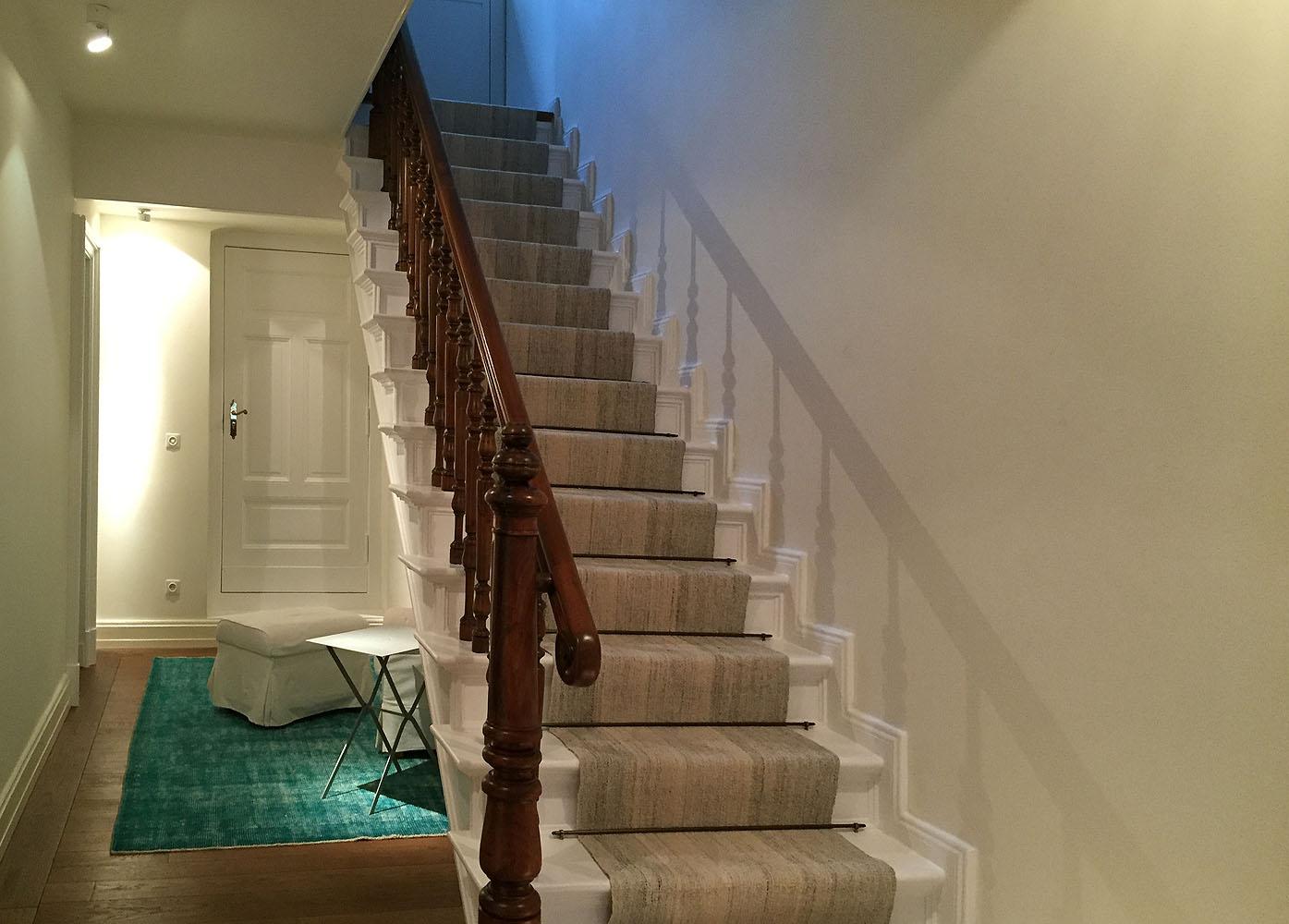 Kelim-Läufer unter Treppe