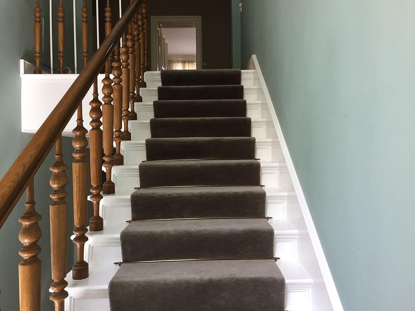Teppich-auf-Treppe-braun
